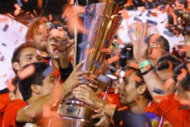 Liga with the Tricampeonato trophy in 2011