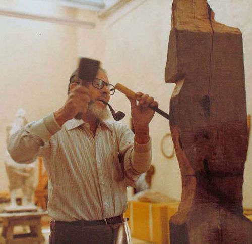 Francisco Zuniga carving a sculpture - courtesy of www.franciscozuniga.org