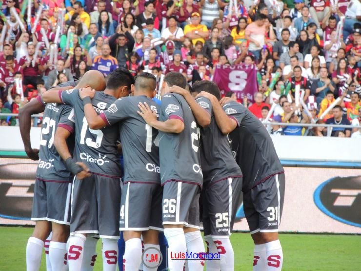 Saprissa players before game reunion