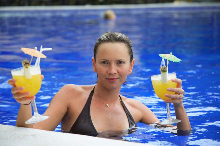Having cocktails in a pool in Jacó