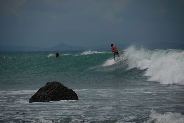 Surfer at Pan Dulce during big swell, Matapalo