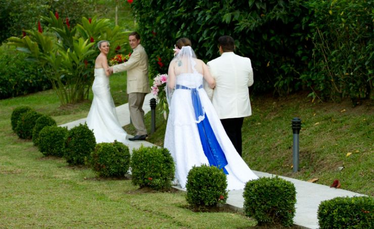 Couples in love walking to the Altar, La Fortuna