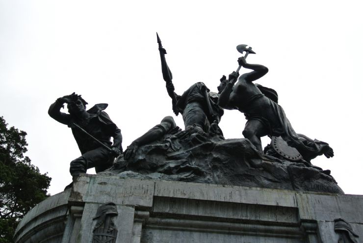 Statue of William Walker being defeated
