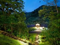 El Silencio Lodge & Spa at night